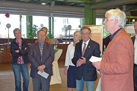 Dr. Klaus Fritsche (rechts), Asienhaus Essen, führt in die Ausstellung China: Menschen, Macht und Widersprüche anlässlich der Ausstellungseröffnung am 7. Mai 2011 im Bocholter Rathausfoyer ein.