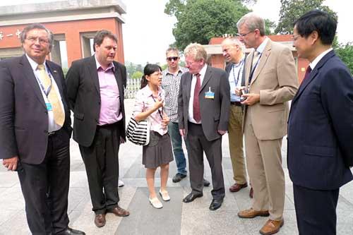 DCG-Präsident Ulrich Paßlick, 2. von rechts, zu Besuch in der Wuxi High School No 1 - Partnerschule des St.-Georg-Gymnasiums Bocholt